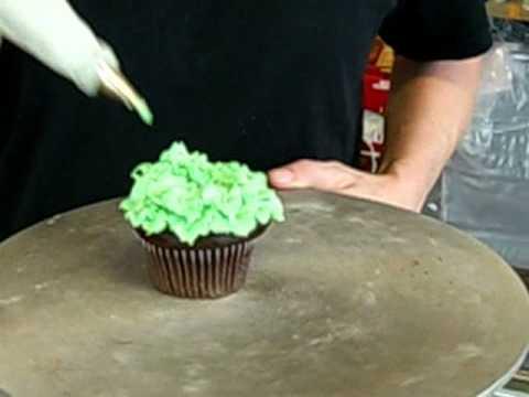 Make a Christmas tree cupcake