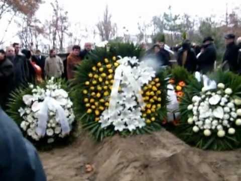 Kovács Apollónia Pólika temetése és a virág özön 20121204 PSVideo3
