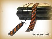 Schwarze und orange Perlen für jeden Tag. Dünnes Armband und Schnüranhänger
