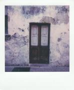 Vecchia porta in un antico paese