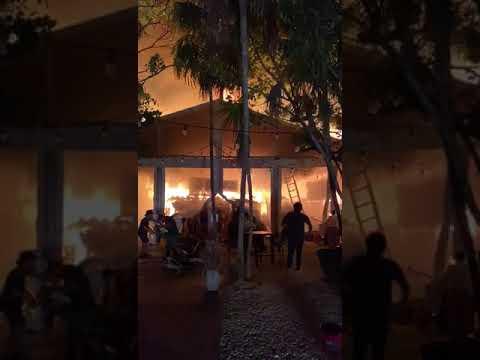 INCENDIO EN LOCALES COMERCIALES DETULUM DESTRUYE MAS DE 40 COMERCIOS - QUINTANA ROO, MÉXICO