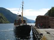 MS Granvin legg til kai i Granvinsfjorden
