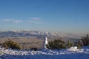 Στο βάθος ο χιονισμένος Υμηττός