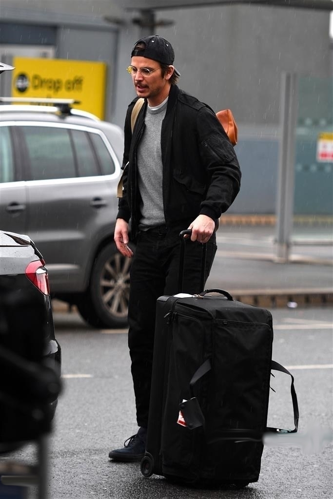 Josh Hartnett is Spotted Departing Heathrow