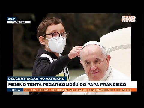 Menino tenta pegar chapéu do Papa Francisco