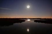 Pleine lune au-dessus des étangs de Mauguio, Hérault, Occitanie, France
