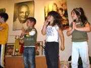 Children doing Yoga - Kinderyoga Vorführung