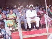 Le Gouverneur des Hauts-Bassins (en tenue blanche) dans la tribune officielle avec les décorations