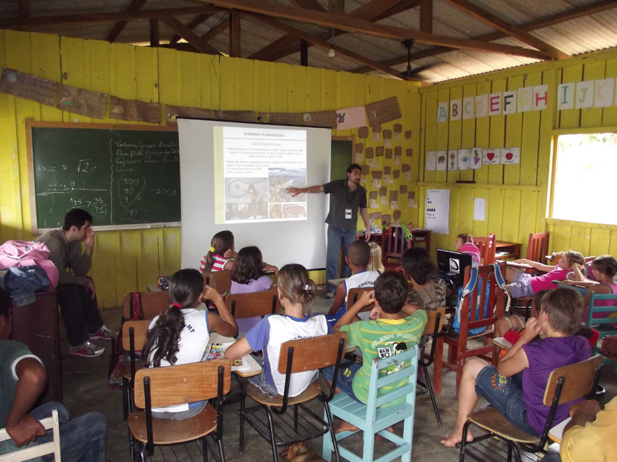 Exposição Oficina UHE Teles Pires na Escola Municipal Getúlio Vargas II em Paranaíta/MT