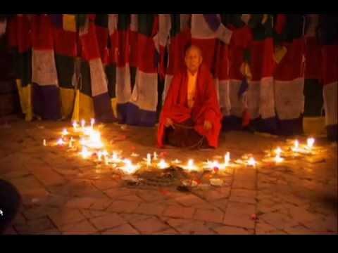 Image extraordinaire d'un moine tibetain en lévitation