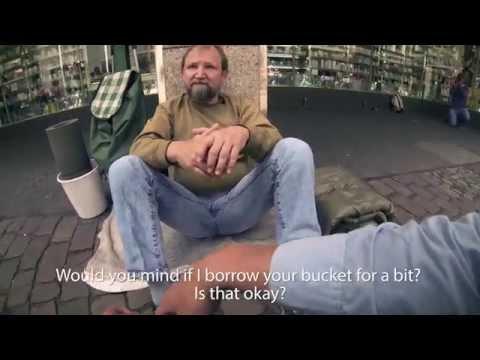 Un jeune demande à un sans-abri d'emprunter son seau, la suite pourrait bien vous surprendre !
