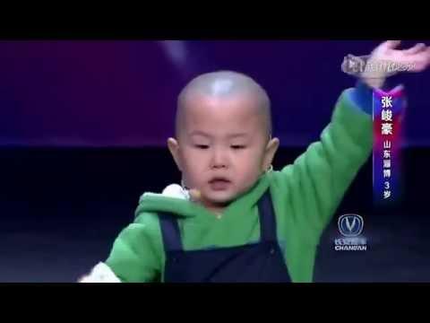 Un petit garçon de 3 ans va faire quelque chose d'extraordinaire sur scène ...