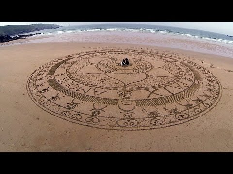 """Mandala éphémère """"WE ARE OCEAN"""" sur la plage de la Baie des Trépassés (Beach Sand Art en Cap-Sizun)"""