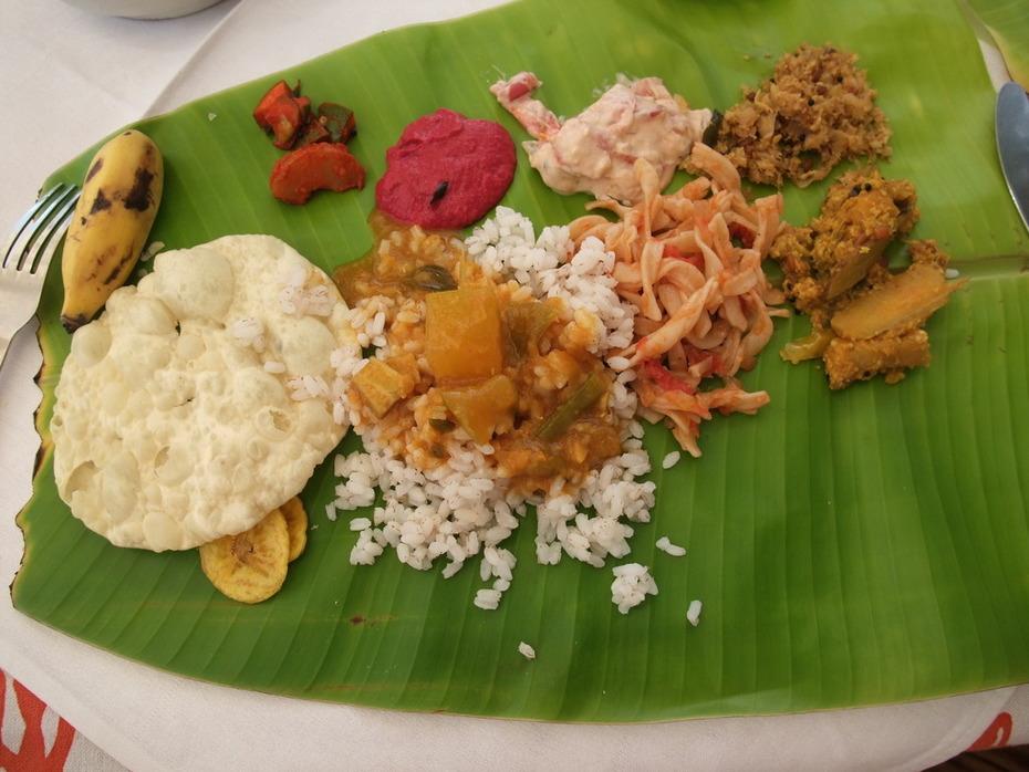 Ayurvedisches Mittagessen serviert auf Palmblatt