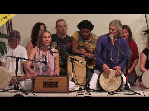 Om Tryambakam | Om Shanti - by Bernardo and Gauri with group
