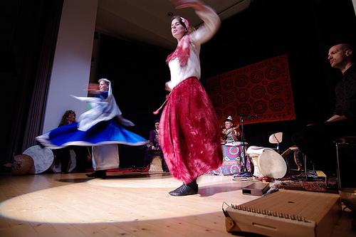 Azize Güvenç und  Tatjana Geraldine Großkopf tanzen