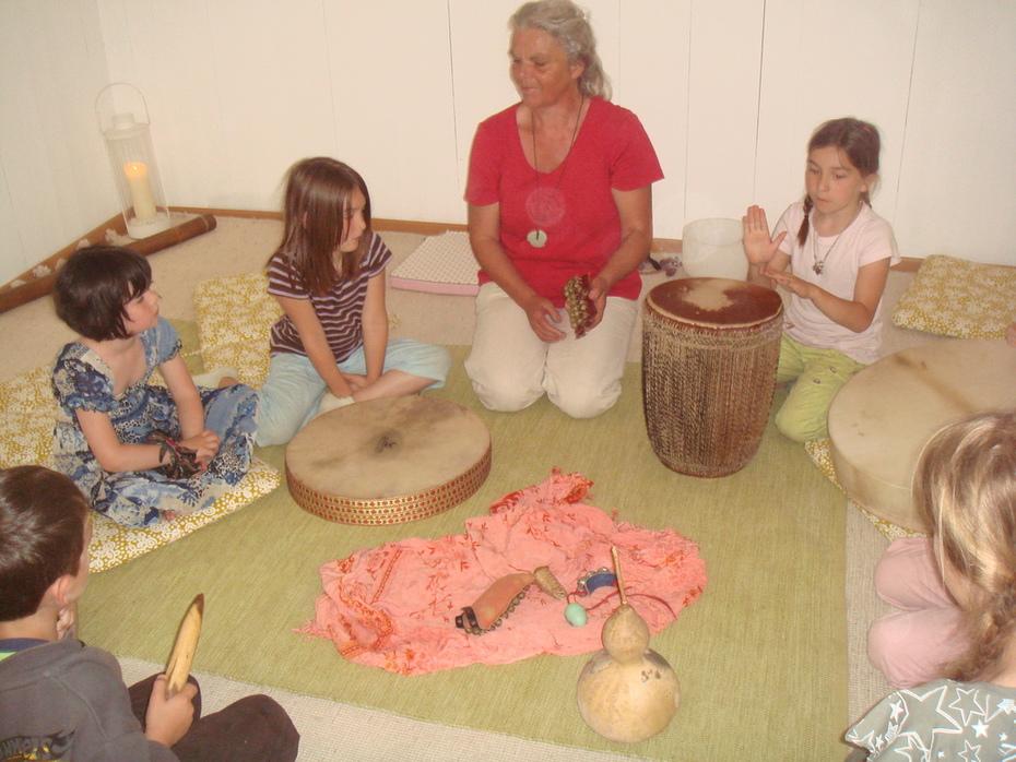 Kinder kommen in die Kraft der Stimme