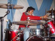 el es Luis es el batero de la banda