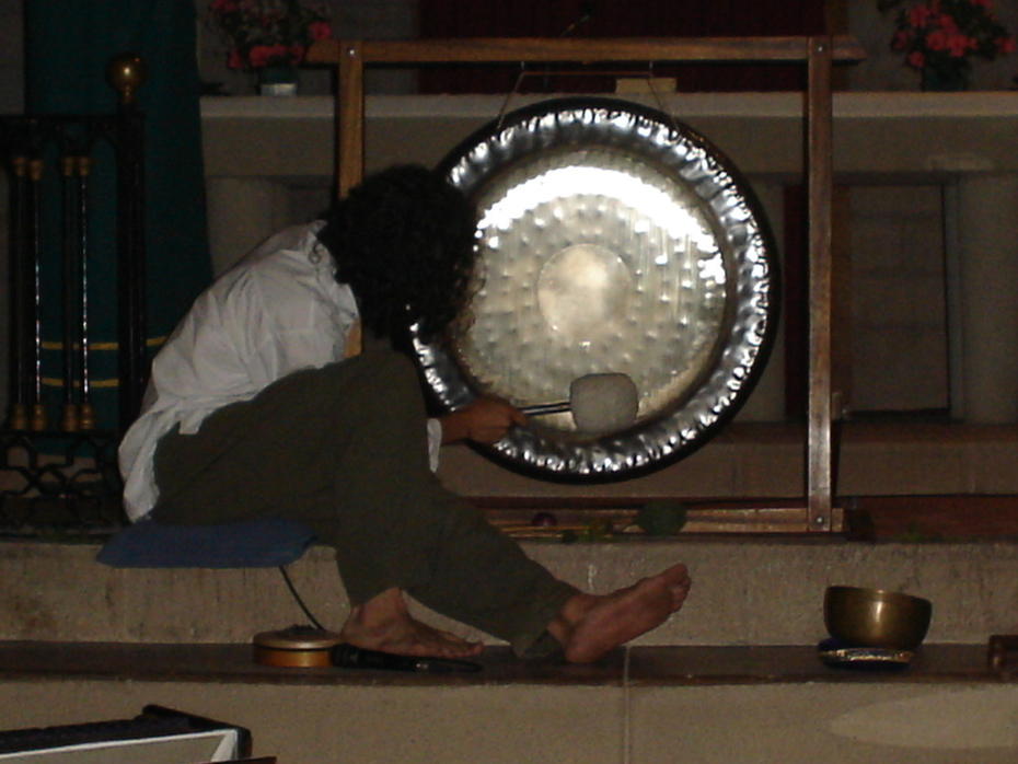 tocant el gong a esglesia roser