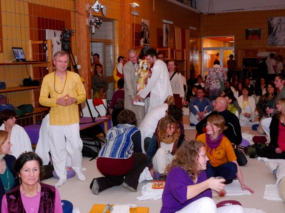 07 Prozession in den Sivananda Saal