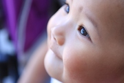 ดวงตาใสๆ ของลูกสาว วัย 1 ขวบ