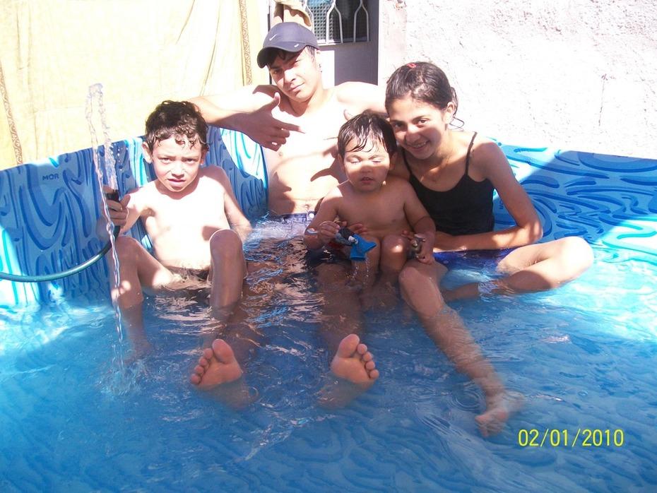 estan en casa en la piscina
