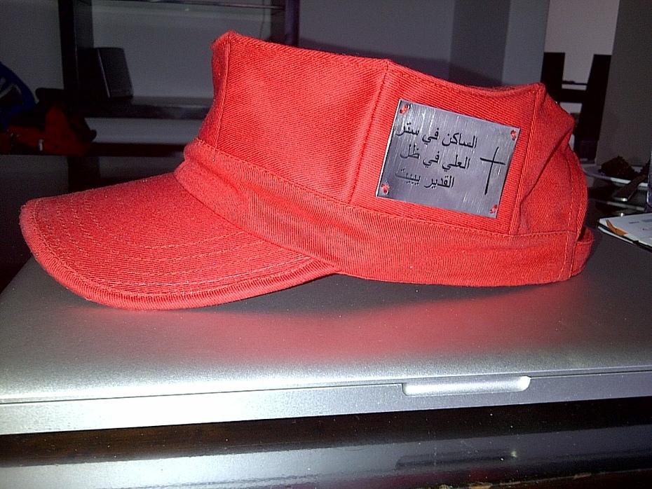 gorra estilo militar con el salmo 91,1  en arabe