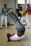 Capoeira quem joga é mandingueiro Capoeira é jogo de irmão
