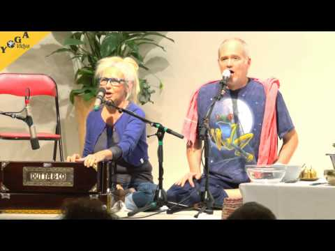 Gopi and Atmaram sing the mantra Jay Mata Kali