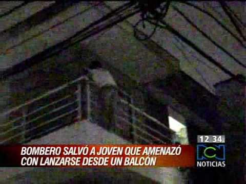 Bombero salvó a joven que amenazó con lanzarse desde un balcón   www.canalrcnmsn.com2.flv