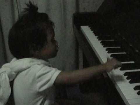 อันนาเล่นเปียโนค่ะ