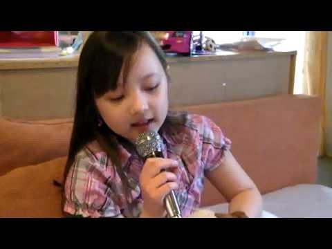 """พลอยชมพูร้องเพลงไทย """"อยากได้ยินว่ารักกัน"""""""