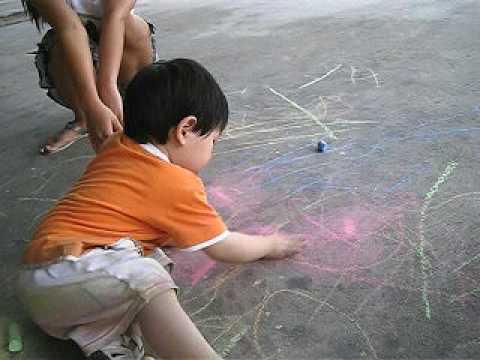 น้องเจตน์เขียนอักษรบนพื้น (sidewalk chalk) ตอน1ขวบ11เดือน