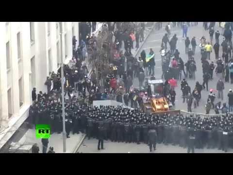 Kiev protesters drive bulldozer towards police cordon