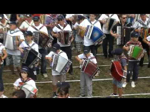 Veseli Ribnčan-1137 harmonikarjev (v živo)