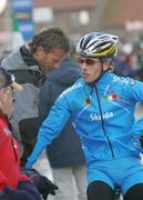 Former World Champion Daniele Pontoni chats to a U23 rider