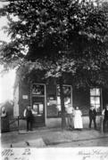 6. Willem, Catharina and kids in front of their store ca 1895
