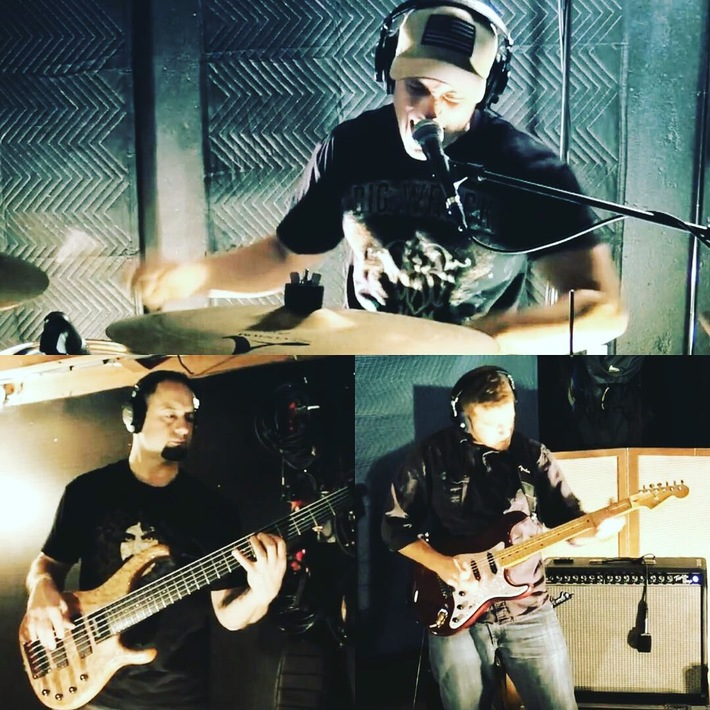 Rock trio in Studio