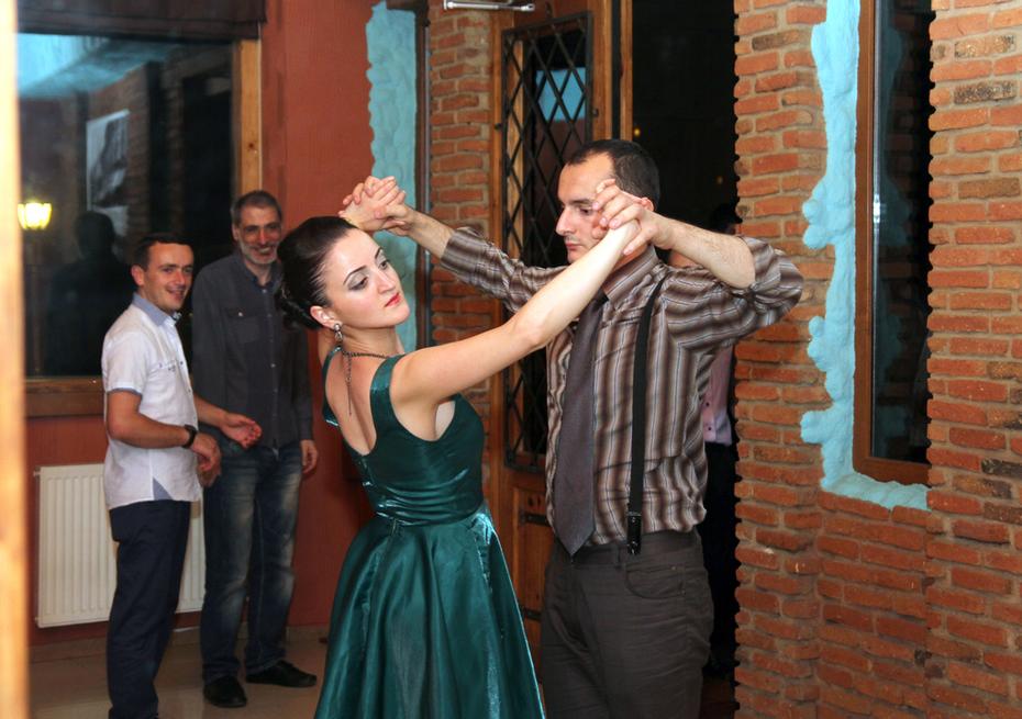 ხელის აღმართვის და ლექტორის სიცილის სცენა ცეკვაში - ნელი ვალსი