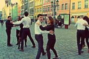 ცეკვა წარმოსახვითად ცარიელ ქუჩებში წარმოსახვითი მუსიკის ფონზე