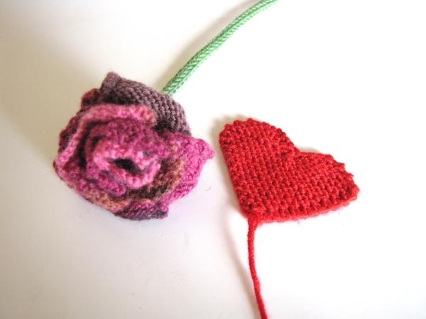 Zum Valentinstag *Gestrickte Rose aus Herzen*