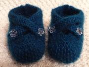 Blaue Babyschuhe mit Blumenknöpfe