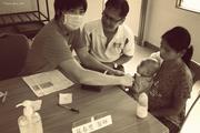 来自台湾的医师面对马来西亚原住民,语言沟通上有点困难,我国华裔精通各族群语言,当翻译员最适合了。