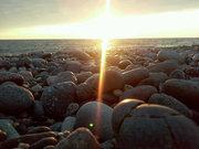 მზის სხივის თამაში ქვებზე