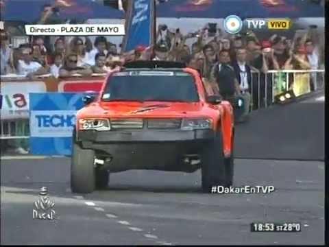 Robby Gordon salta la rampa - Largada simbólica Dakar 2015