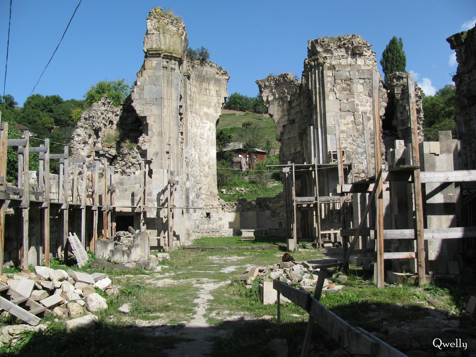 ტაძრის ინტერიერი, awyuris gmrtismshoblis saxelobis eklesia, blogi, giorgi maisuradzis blogi, qwelly, awyuri, gmrtismshobeli, xati, eklesia, awyuris cixe, castle, virgin icon, church, temple, აწყურის ღმრთისმშობლის სახელობის ტაძარი, ნანგრევები, აწყური, ციხე, აწყურის ციხე, აწყურის ღმრთისმშობელი, ღმრთისმშობლის ხატი, ციხესიმაგრე, ტაძარი, ტაძრის ნანგრევები, გიორგი მაისურაძის ბლოგი, ქველი