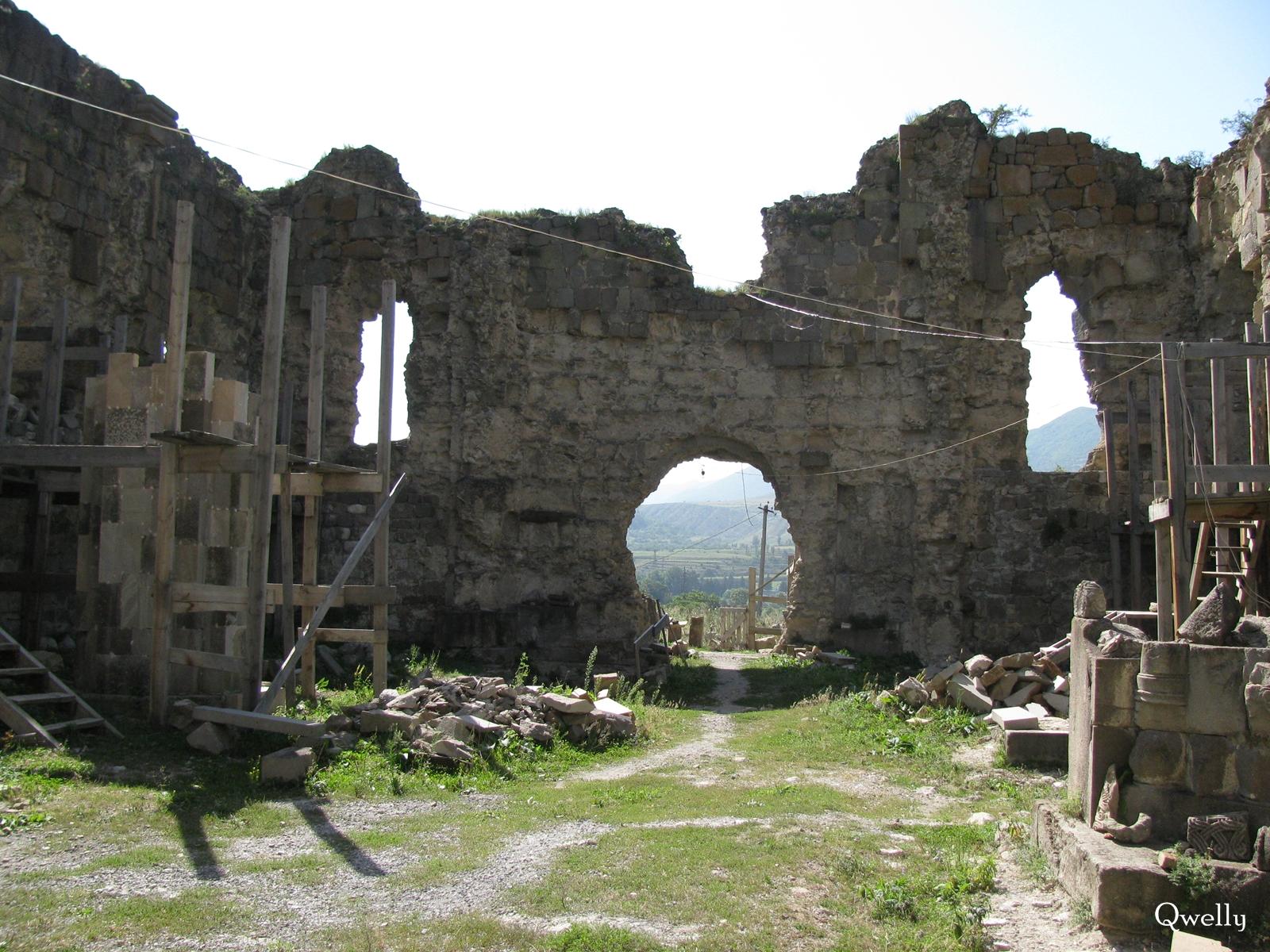 ტაძრის დასავლეთი მხარე, awyuris gmrtismshoblis saxelobis eklesia, blogi, giorgi maisuradzis blogi, qwelly, awyuri, gmrtismshobeli, xati, eklesia, awyuris cixe, castle, virgin icon, church, temple, აწყურის ღმრთისმშობლის სახელობის ტაძარი, ნანგრევები, აწყური, ციხე, აწყურის ციხე, აწყურის ღმრთისმშობელი, ღმრთისმშობლის ხატი, ციხესიმაგრე, ტაძარი, ტაძრის ნანგრევები, გიორგი მაისურაძის ბლოგი, ქველი