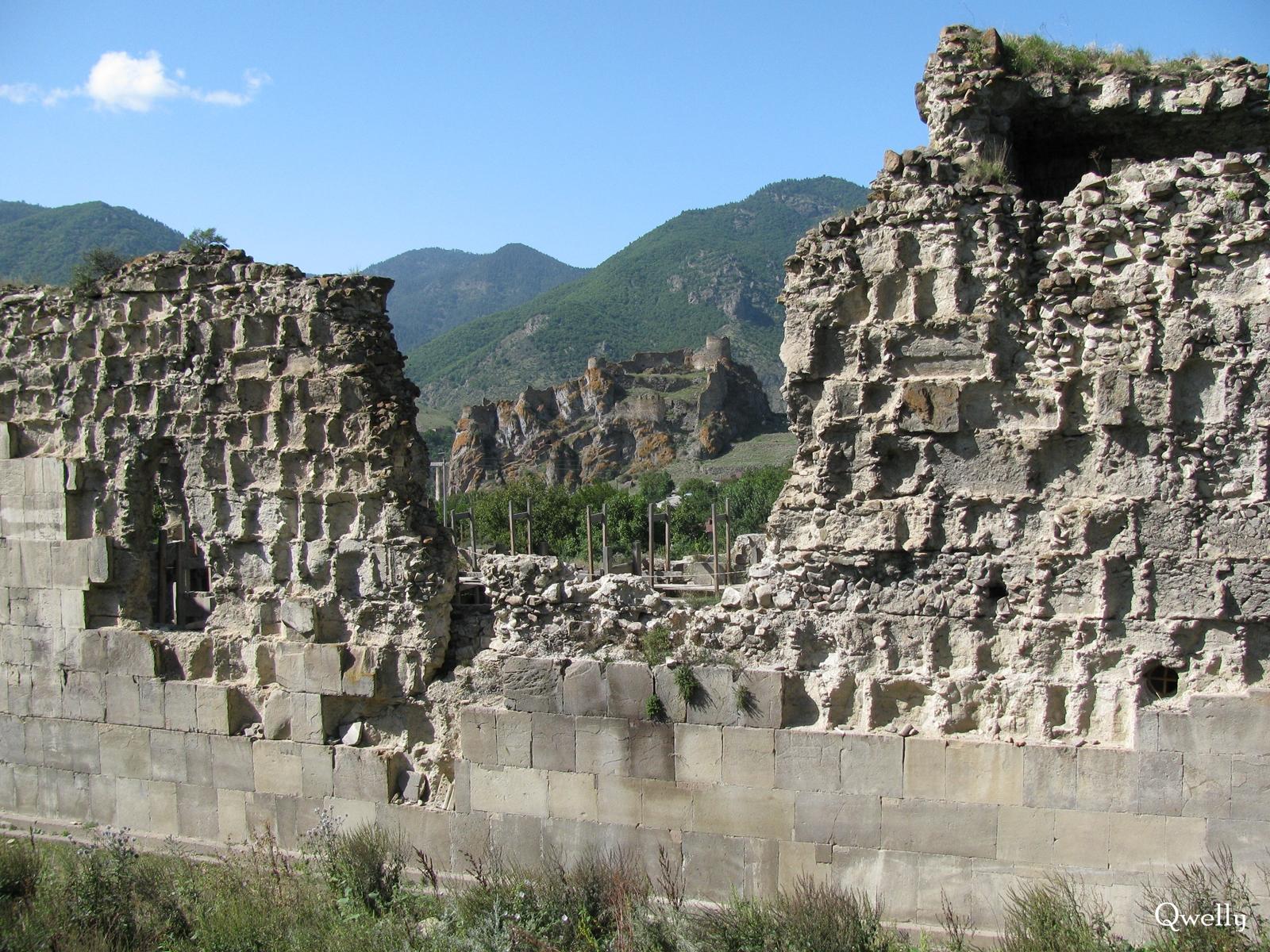 აწყურის ციხის ნანგრევი ტაძრის ნაშთებიდან, awyuris gmrtismshoblis saxelobis eklesia, blogi, giorgi maisuradzis blogi, qwelly, awyuri, gmrtismshobeli, xati, eklesia, awyuris cixe, castle, virgin icon, church, temple, აწყურის ღმრთისმშობლის სახელობის ტაძარი, ნანგრევები, აწყური, ციხე, აწყურის ციხე, აწყურის ღმრთისმშობელი, ღმრთისმშობლის ხატი, ციხესიმაგრე, ტაძარი, ტაძრის ნანგრევები, გიორგი მაისურაძის ბლოგი, ქველი
