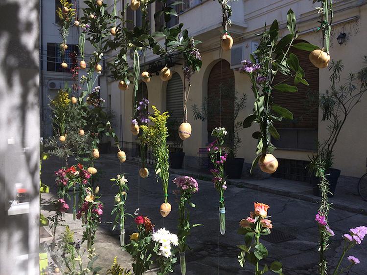 ყვავილების ბადე, ყვავილების კედელი, არქიტექტურა, დეკორაცია, გაფორმება, დიზაინი, ბლოგი, ქველი, ხელოვნება, Qwelly, architecture, design, flowers wall, flowers, yvavilebis kedeli, yvavilebis bade, ertjeradi yvavilebi, ertsezona yvavilebi, ertyvaviloba yvavilebi