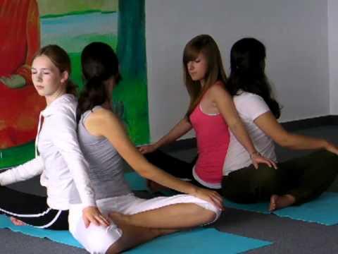 Jugendliche üben den Yoga Drehsitz